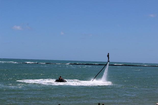 Passeio de flyboard na Praia do Gunga.